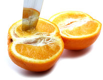 La lama e l'arancio hanno tagliato metà e metà Immagini Stock Libere da Diritti