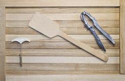 La lame pour des crêpes sur les femmes au foyer boardsDifferent en bois d'appareils de cuisine sont sur des panneaux de chêne Image stock
