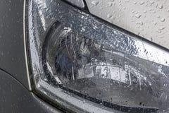 La lampada bagnata della testa di umidità del veicolo modella le strutture e le riflessioni Fotografie Stock Libere da Diritti
