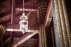 La lampada che appende fuori del corridoio principale del tempio in Wat Phra Fotografia Stock Libera da Diritti