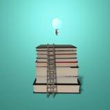 La lampada di ardore sopra la pila prenota con ladde di legno Fotografie Stock