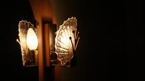 La lampada di illuminazione è riflessa in uno specchio stock footage