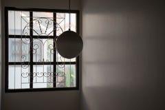 La lampada di vetro rotonda nella casa, circonda i paralumi a forma di Fotografie Stock