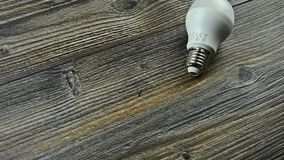 La lampada economizzatrice d'energia ha condotto la lampadina Lampadina piombo stock footage