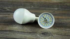 La lampada economizzatrice d'energia ha condotto la lampadina Lampadina piombo Lampadina smontata del LED archivi video