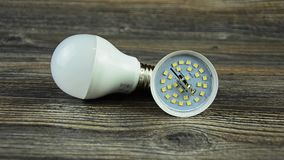 La lampada economizzatrice d'energia ha condotto la lampadina Lampadina piombo Lampadina smontata del LED stock footage