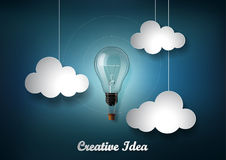 La lampadina è fra molta nuvola su fondo blu scuro con stile del taglio della carta di origami, rappresentazione dell'idea creati Immagine Stock