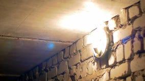 La lampadina del filamento si accende su una parete di pietra archivi video