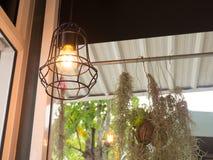 La lampadina e la lampada di Edison nello stile moderno Lampada calda della lampadina di tono Lampade in caffetteria Fotografia Stock Libera da Diritti