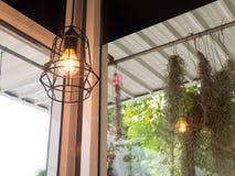 La lampadina e la lampada di Edison nello stile moderno Lampada calda della lampadina di tono Lampade in caffetteria Fotografie Stock Libere da Diritti