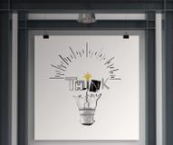 la lampadina e PENSA la progettazione di parola Fotografie Stock