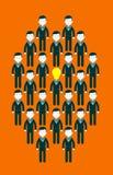La lampadina ha diretto gli uomini d'affari nel centro di un gruppo di persone Fotografie Stock