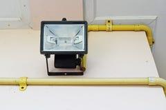 La lampadina nera del riflettore (fuoco selettivo) è installata sul colo crema Immagine Stock