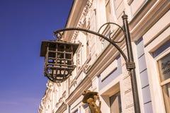 La lampadina rotta in una lampada antica sulla via della città nel pomeriggio Immagini Stock