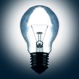 La lampadina si illumina nello scuro Fotografia Stock