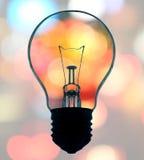 La lampadina su bokeh accende il fondo Immagini Stock Libere da Diritti