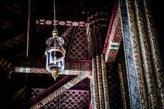 La lampe accrochant en dehors du hall principal du temple dans Wat Phra Photographie stock libre de droits
