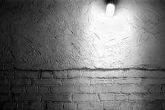 La lampe brille sur le mur de briques photo stock