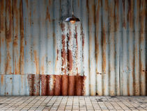 La lampe chez Rusted a galvanisé le plat de fer avec le plancher de tuiles Image stock