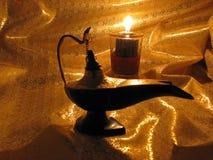 La lampe d'Aladdin sur le fond foncé d'or Images libres de droits