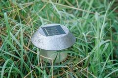 La lampe de jardin sur les batteries solaires Image libre de droits