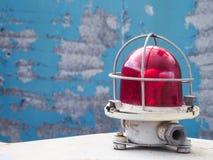 La lampe de signal Voyant d'alarme rouge sur un fond bleu Le concept de la sécurité image libre de droits