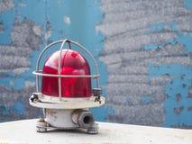 La lampe de signal Voyant d'alarme rouge sur un fond bleu Le concept de la sécurité photographie stock libre de droits
