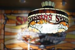 La lampe de Swensen dans le magasin de crème glacée d'un Swensen images stock