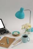 La lampe de Tableau, les fleurs, les cailloux, la règle et le bureau complète Photographie stock