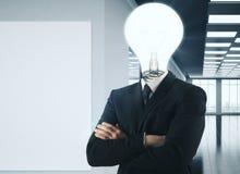 La lampe a dirigé l'homme d'affaires dans le bureau Photographie stock