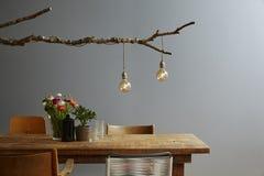 La lampe et la chaise en bois de concepteur de table de décoration moderne urbaine de conception se mélangent photos stock