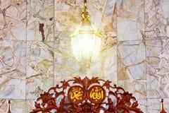 La lampe, la lumière qui brille est une manière de montrer la joie et la foi photos stock