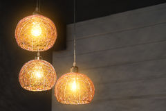 La lampe sur le fond dans l'appartement images stock