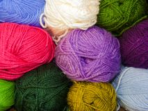 La lana variopinta, parete della lana per lavora all'uncinetto Immagine Stock