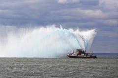 La lancha contraincendios de FDNY rocía el agua en el aire para celebrar el comienzo del maratón 2014 de New York City Imágenes de archivo libres de regalías