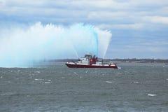 La lancha contraincendios de FDNY rocía el agua en el aire para celebrar el comienzo del maratón 2014 de New York City Imagen de archivo