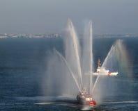 La lancha contraincendios de SFFD pinta (con vaporizador) el agua en el aire Imagen de archivo