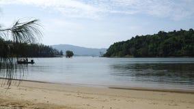 La lancha de carreras navega con los turistas en el mar entre las islas metrajes