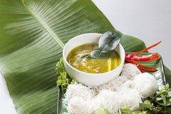La langue thaïlandaise est Kanom Jeen Nam Ya Nouilles de riz en cari de poissons image libre de droits