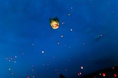 La lanterna cinese vola su altamente nel cielo Immagine Stock Libera da Diritti