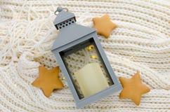 La lanterna di Natale su un bianco caldo ha tricottato la sciarpa Immagini Stock Libere da Diritti