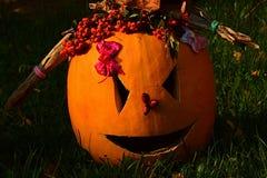 La lanterna fuori sgorbiata scolpita Girly di Hallowen Jack O della zucca che si trovano con le code di cavallo fatte dei cornsta Fotografia Stock