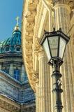 La lanterna sui precedenti delle colonne e sulla cupola della cattedrale di Kazan Immagine Stock