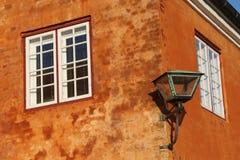 La lanterna sulla parete arancio Fotografia Stock Libera da Diritti