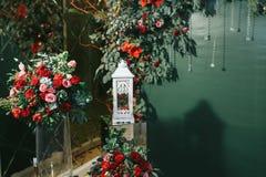 La lanterne blanche se tient dans l'avant du fond vert et de la Floride rouge Photographie stock libre de droits