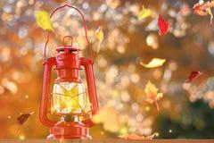 La lanterne de Lit avec un fond du soufflement part Photographie stock libre de droits
