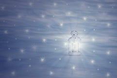 La lanterne se tient sur la neige images libres de droits