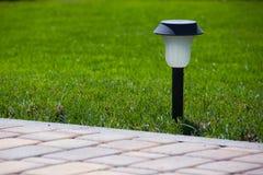 La lanterne solaire est sur la pelouse verte Photographie stock libre de droits
