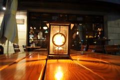 La lanterne sur la table de bar Image stock