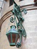 La lanterne verte en métal sur le mur, se ferment  photographie stock libre de droits